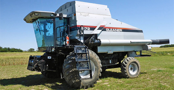 2001 Gleaner R72 combine for sale at Ritchie Bros. Auctioneers