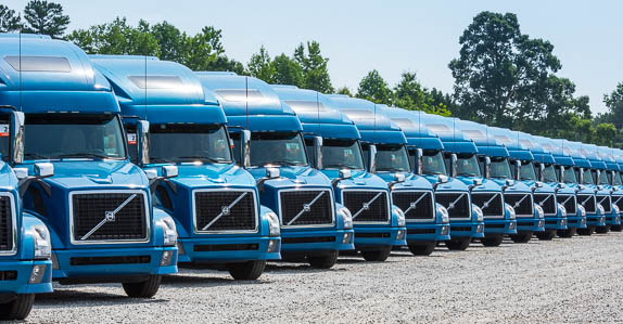 2014 VOLVO VNL64T780 truck tractors lined up for auction