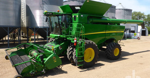 2015 John Deere S680 combine sold by Ritchie Bros. Auctioneers