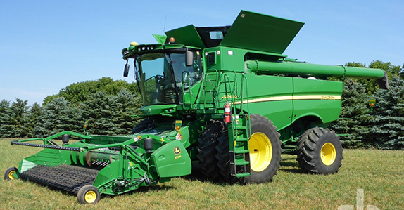 2014 John Deere S680 combine sold by Ritchie Bros. Auctioneers