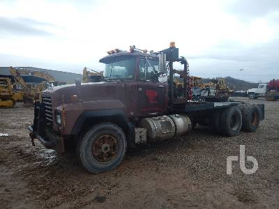 1999 MACK RD688S T/A Winch Tractor
