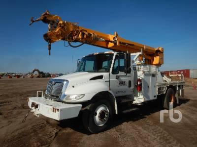 2009 INTERNATIONAL 4300 Durastar w/Altec DM47 Digger Derrick Truck