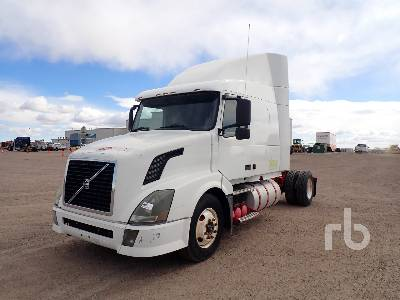 2005 VOLVO VNL42T Sleeper Truck Tractor (S/A)